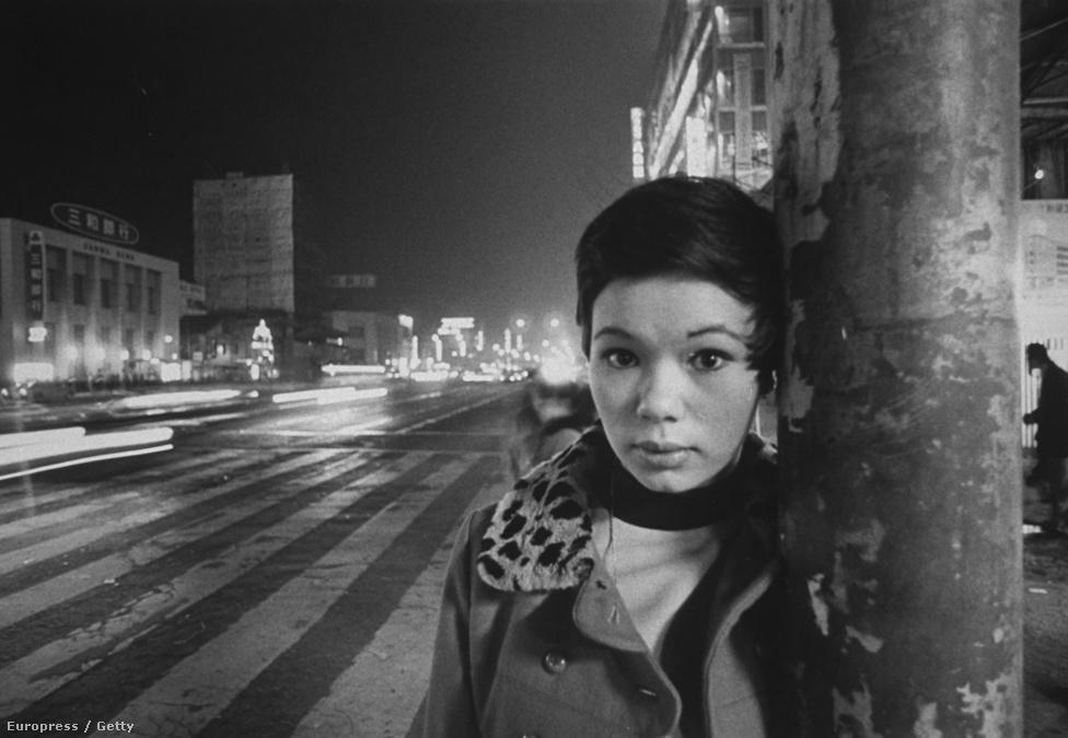 Michi Aoyama énekesnő, szintén egy katona törvénytelen lánya.