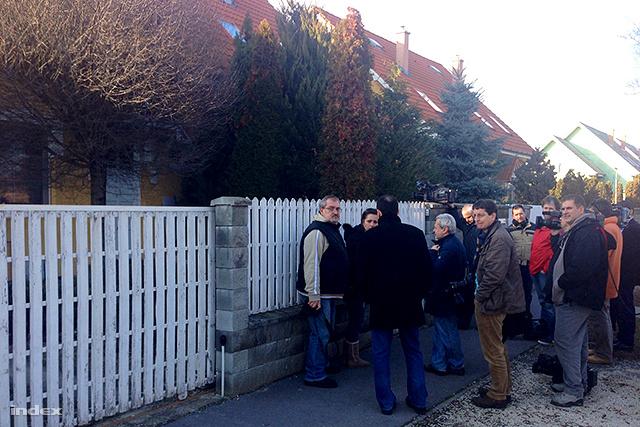 Simon Gábort újságírók várták a háza előtt