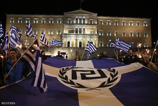 Az Arany Hajnal neonáci párt hívei tüntetnek Athénban.