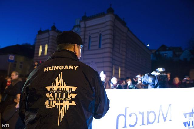 Tüntetők Esztergomban a művelődési háznak használt egykori zsinagóga előtt