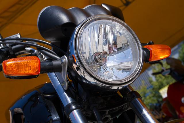 Halogéntök. A CBF 250 tényleg egy klasszikus motor: két kerék, két ülés, egy kormány, kerek lámpa