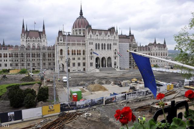 A Kossuth tér átépítésén dolgoznak 2013. május 7-én. A Steindl Imre Program keretében egyebek között új mélygarázs térszint alatti látogatóközpont és parlamenti múzeum épül 2014-re.