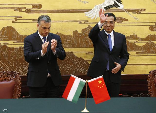 A hivatalos látogatáson Kínában tartózkodó Orbán Viktor magyar miniszterelnök és Li Ko-csiang kínai kormányfő a pekingi Nagy Népi Csarnokban 2014. február 12-én.
