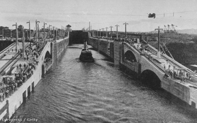 A Panama-csatorna elkészült szakaszán kel át egy vontatóhajó a Gatun-tónál, 1913.