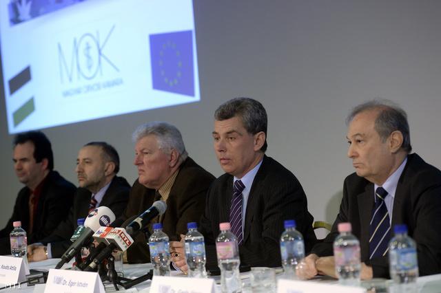 Éger István a Magyar Orvosi Kamara (MOK) elnöke (j2) mellette Kováts Attila (j3) és Gerle János (j) alelnökök valamint Pataki Zsolt (b) és Hollós Gábor (b2) titkárok a MOK küldöttközgyűlése utáni sajtótájékoztatón