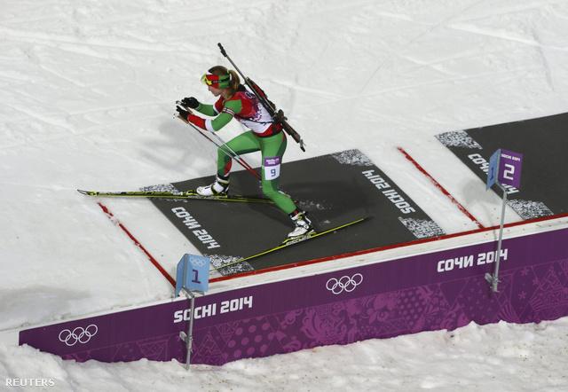 Darja Domracseva a 10 km-es üldözéses számában versenyez 2014. február 11-én.