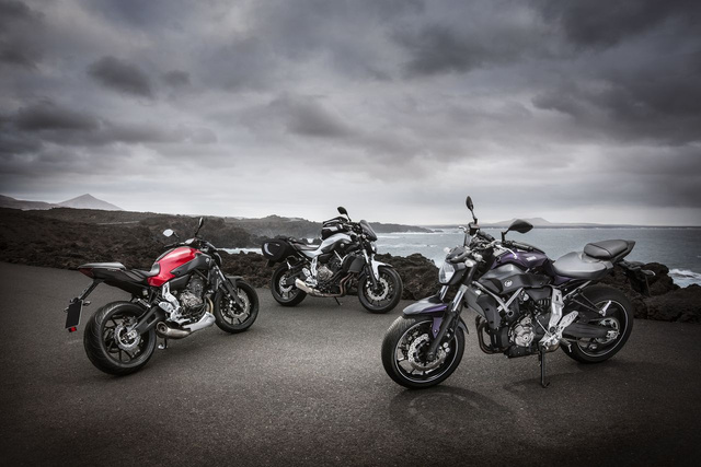 Racing red, Competition white és Deep Armor, magyarul piros, fehér és lila