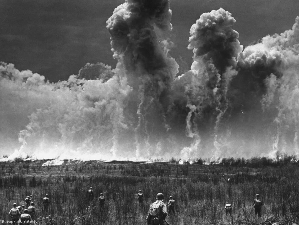Nem az első és nem is az utolsó alkalom, hogy Feininger felfedezi a cloudporn műfaját. Ezen a kép ugyan egy technikai terepgyakorlaton készült, de a gőzhajó füstje is megihlette, és a híres 66-as utat ábrázoló fotóján is nagy szerepet kapnak a felhők, vagyis azoknak a szerkezete. Úgy vélte, minden természetes és mesterséges forma ugyanannak a tervezési elvnek felel meg, ezt szerette volna képein megörökíteni.
