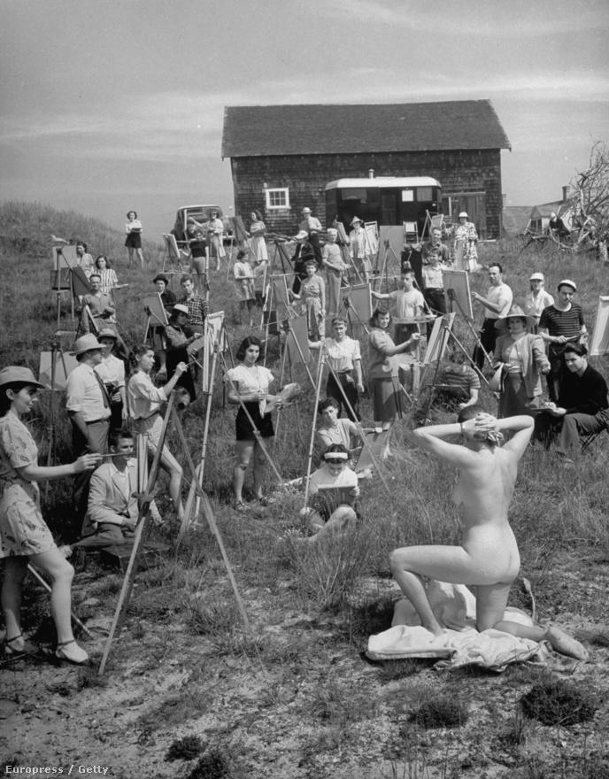 Feininger teljesen otthonosan mozgott a művészek között: apja az a Lyonel Feininger volt, aki az expresszionizmus egyik vezéralakja és a Bauhaus tanára volt, öccséből, Lux Feiningerből pedig avantgarde festő és fotóművész lett. Andreas Feininger eredetileg építésznek tanult, dolgozott Le Corbusier-vel is, mégis fotósként alkotott maradandót. A képen meztelen nő pózol modellként a művésztanoncoknak, 1946-ban.