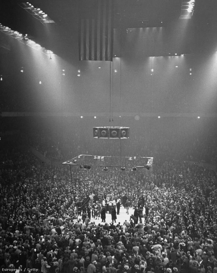 A Louis-Walcott boxmeccs akkora sporteseménynek számított, hogy nemrégiben egy óriási cikkben elevenítették fel újra az első összecsapásukat. Nem mondhatni, hogy Feiningert egy kicsit is izgatta volna a mérkőzés, annál inkább a fény, ami megvilágította a boxolókat és a körülöttük tolongó riportereket.