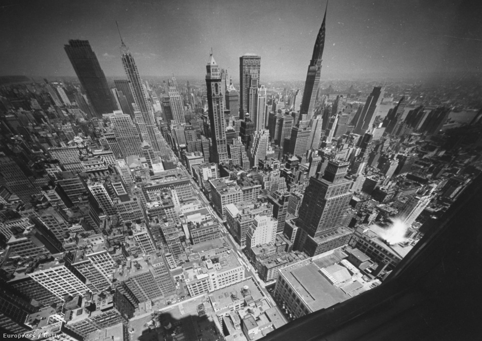 """""""A várost élőlénynek tartom, dinamikus, erőszakos és néha brutális."""" Feininger kedvelte az egyszerűséget, a letisztultságot, megvetette a díszítést az építészetben és a művészetben egyaránt, a realizmust és a szuperrealizmus érdekelte. New York-i felhőkarcolók a 34. utca környékén."""