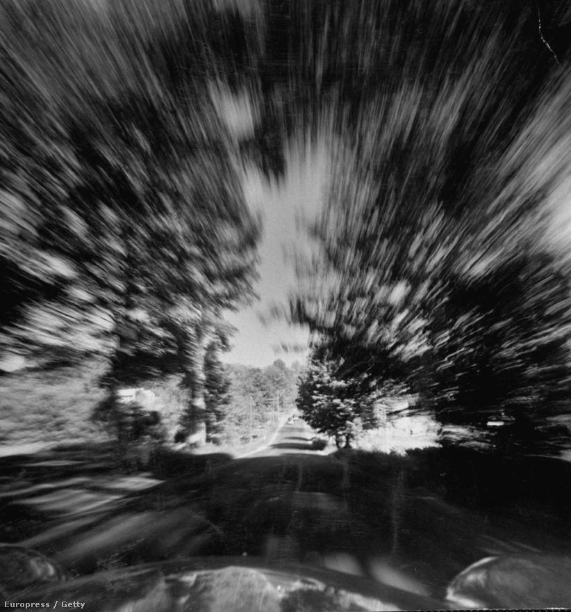 """""""A világ tele van olyan dolgokkal, amelyeket nem tudunk érzékelni, még a legérzékenyebb szem sem. A kamera többet és sokszor jobban lát."""" Ez a kép például egy majdnem százzal száguldó autóból készült, hogy megörökítse a nagy sebességben egyetlen masszává összemosódó tájat."""