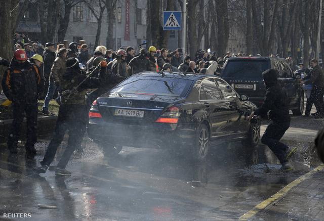 A parlamentbe szintén bejutottak a tüntetők, a kormányzó párt képviselői az oldalsó bejáratokon menekültek.