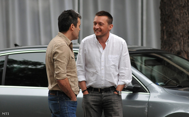 Történt már ilyen korábban is: Rogán Antal a Fidesz frakcióvezető-helyettese (j) Habony Árpáddal beszélget a hajdúszoboszlói Béke Hotel előtt. A Fidesz-KDNP parlamenti frakciója a szállodában tartja háromnapos ülését. (2011-ben)
