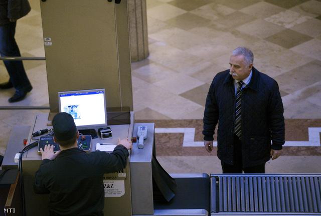 Laborc Sándor a Nemzetbiztonsági Hivatal volt főigazgatója érkezik az Országgyűlés nemzetbiztonsági bizottságának a Portik-Laborc találkozókat vizsgáló ténymegállapító albizottsága zárt ülésére
