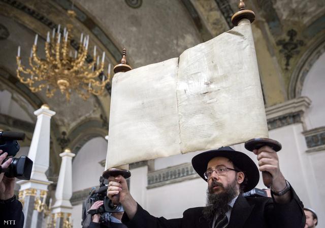 Oberlander Báruch, a Chabad-Lubavics irányzat magyarországi megteremtője egy tóratekercset mutat be az Óbudai Zsinagógában 2014. február 18-án.