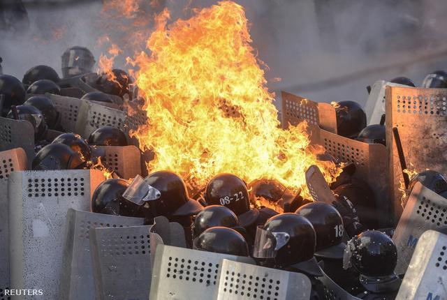 A rendőrség közölte: ha este hatig nem áll helyre a rend, akkor minden eszközzel fellépnek a tiltakozók ellen. Galériánkat folyamatosan frissítjük, a legfrissebb híreket kapcsolódó cikkünkben olvashatják!