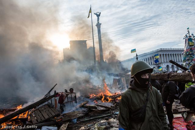 Kedden reggel robbantak ki az összecsapások Kijevben, miután a rendőrök megpróbálták felszámolni a tüntetők hónapok óta álló barikádjait. Estére durvult el igazán a helyzet a Majdanon: 25-en haltak meg szerda reggelig.
