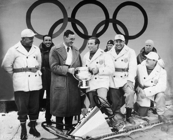 Eddie Eagen (jobbról a második fehér kabátban) az 1932-es olimpián nyerte második aranyát. Az elsőt 1920-ban, bokszolóként szerezte