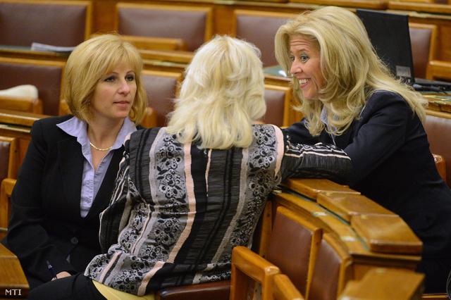 Menczer Erzsébet, Selmeczi Gabriella és Bábiné Szottfried Gabriella az Országgyűlésben