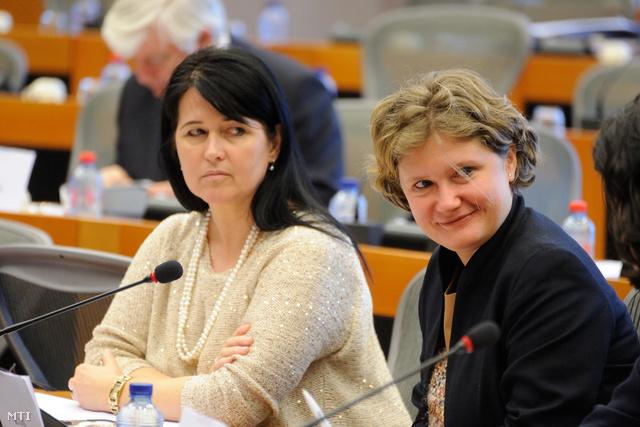 Pelczné Gál Ildikó (b) és Gál Kinga, a Fidesz néppárti európai parlamenti képviselői a magyar néppárti delegáció ülésén 2013. március 19-én Brüsszelben