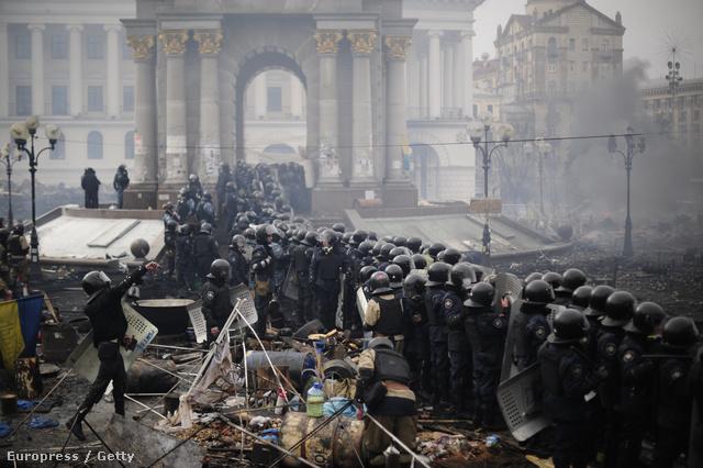 A viszonylag nyugodt délelőtt után újabb összecsapások robbantak ki a Majdan téren. Több száz rendőr gyűlt össze,  fénygránátokkal és vízágyúkkal próbálják  feloszlatni a tömeget. Az ellenzék szerint helyi idő szerint este hatkor (magyar idő szerint ötkor) indítanak akciót a rendőrök.