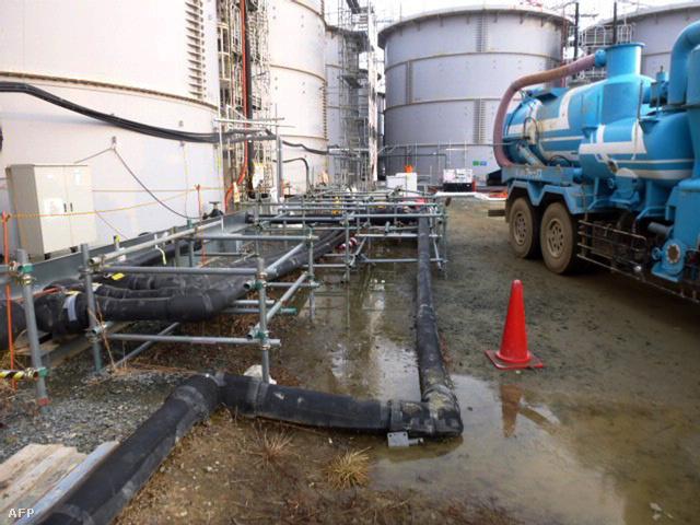 A TEPCO felvétele a szivárgó tartályról és a kiömlő vízről, 2014. február 20-án.