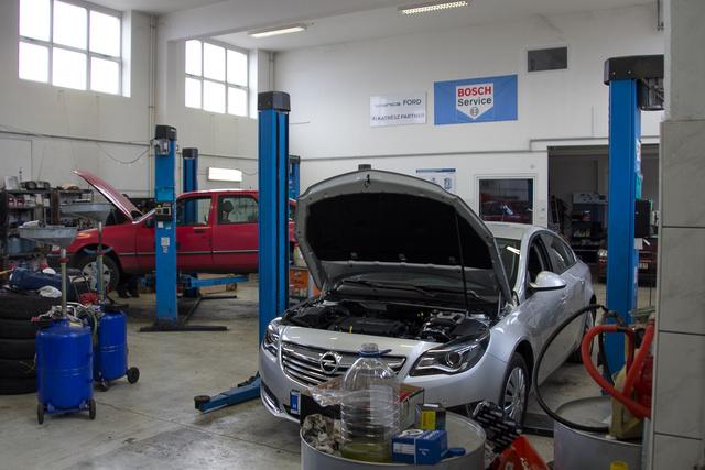 Saját Bosch szervizt üzemeltetnek, ahol külsős autókat is javítanak