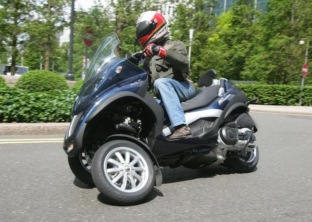 Egyes országokban autójogosítvánnyal, motoros tricikliként vezethető a Piaggio MP3 módosított verziója