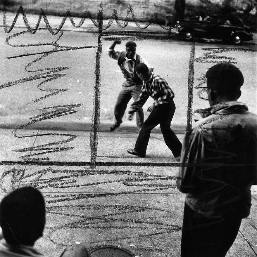 Miközben a Life-nál – ahol szintén Parks volt az első fekete fotós – a harlemi bandaháborúkat dokumentálta, képben kellett lennie a legfrissebb párizsi divattal is.