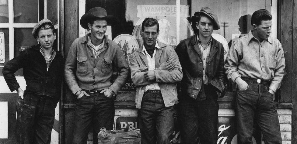 Parks 1945-ös Drugstore Cowboys című képén öt fehér, kanadai fiatalember álldogál egy Blind River-i gyógyszertárral szemben. Egyedül a jobb szélső alak nem néz a lencsébe, ő épp köpni készül.