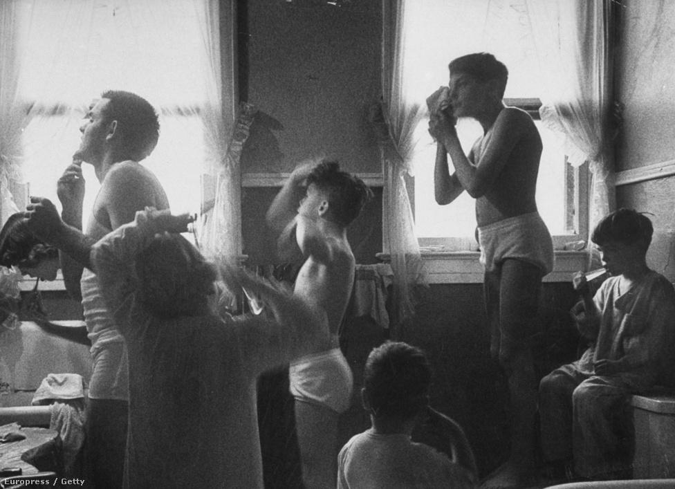 """""""Bizonyos értelemben különlegesnek számítok, de szerintem azon az elhatározásomon múlt minden, hogy nem engedtem, hogy a diszkrimináció bármiben is hátráltasson."""" - elmélkedett egy interjúban.  Egy nagycsalád kora reggeli készülődése a fürdőszobában. A kép 1953. február 2-án jelent meg először a Life oldalain."""