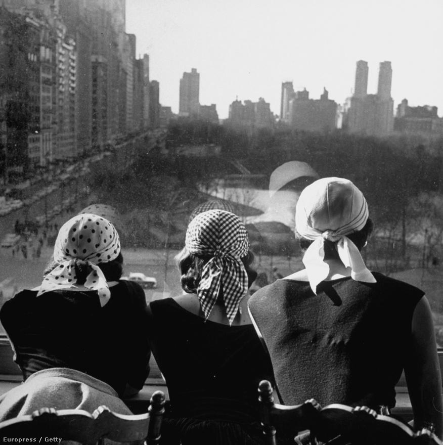 Sally Alvis, Elizabeth Campbell és Genevieve Young. Három feleség, három válás. Idős korában Gloria Vanderbilttel már nem is házasodtak össze, de kapcsolatuk életük végig nagyon szoros maradt. Négy gyereke, öt unokája és öt dédunokája született. A képen három másik lány fejkendőben a manhattani Central Park felett, 1952-ben.