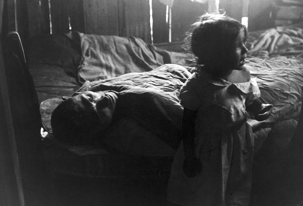 Flavio egyik testvére, a csupán hároméves Isabel a végkimerülés szélén álló apja, José felett sír sötét otthonukban.