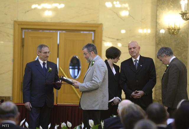 Fekete Mihály (b2) a kitüntetett Fekete Nagy Béla fia átveszi az elismerést Ilan Mor izraeli nagykövettől (j2)