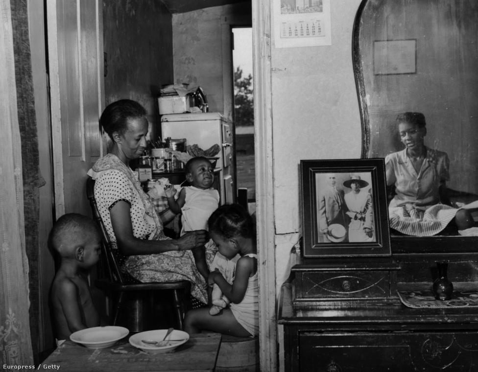 Parks, aki a Farm Security Administration első afro-amerikai fotósa volt, mentora tanácsára egy teljes hónapon át fotózta a munkahelyét takarító Ella Watsont.  Az első képet ugyanis túlságosan harciasnak tartották, ami többet árthat, mint használhat a fotós karrierjének, és később Parks sem tartotta jónak a seprűs portrét. Az American Gothic főszereplőjét otthonában és a templomban is megörökítette, de fő műve mégis az eredeti kép maradt.