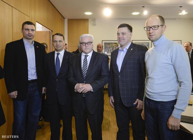 Frank-Walter Steinmeier német és Radoslaw Sikorski lengyel külügyminiszterek (középen és balrol a második) ukrán ellenzéki vezetőkkel