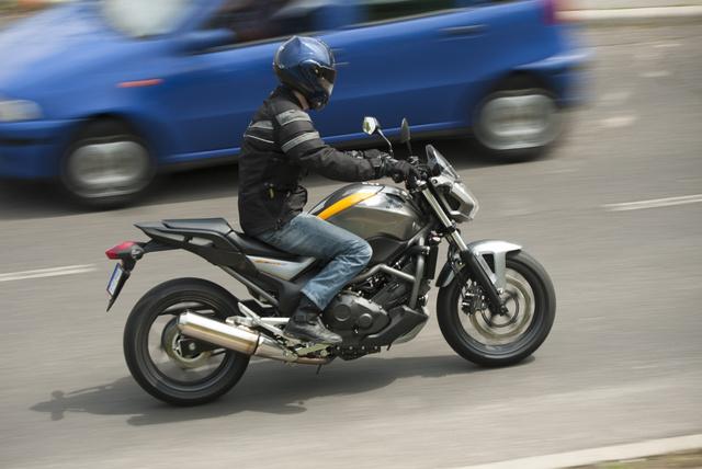Az A2-es jogosítványhoz belőtt Honda NC700 egyelőre nem lett Európa kedvence. A Honda nem adja fel, erre az évre felfrissítették és tovább bővítették az elérhető árú NC sorozatot