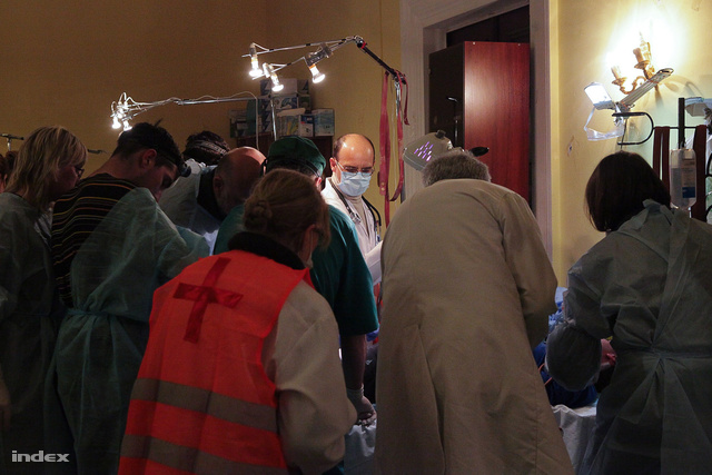 Az orvosok a helyszínen kezelésbe vették a meglincselt embert