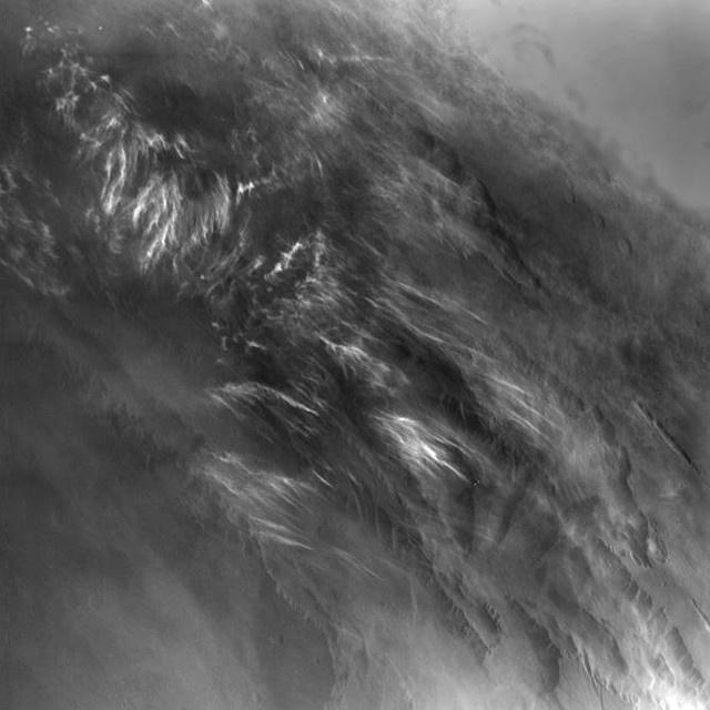 Reggeli marsi felhők a Viking 1 1976-os felvételén. Azóta egyetlen űrszonda sem keringett olyan pályán a vörös bolygó körül, melyről közvetlenül napkelte után észlelhette volna a felszínt.