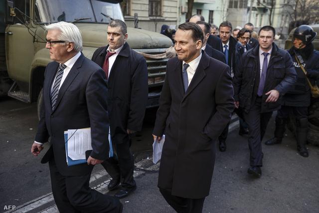 Radoslav Sikorsky lengyel és Frank-Walter Steinmeier német külügyüminiszterek távozik az elnöki hivatalból, a Janukovics elnökkel folytatott tárgyalások után, 2014. február 21-én, Kijevben.