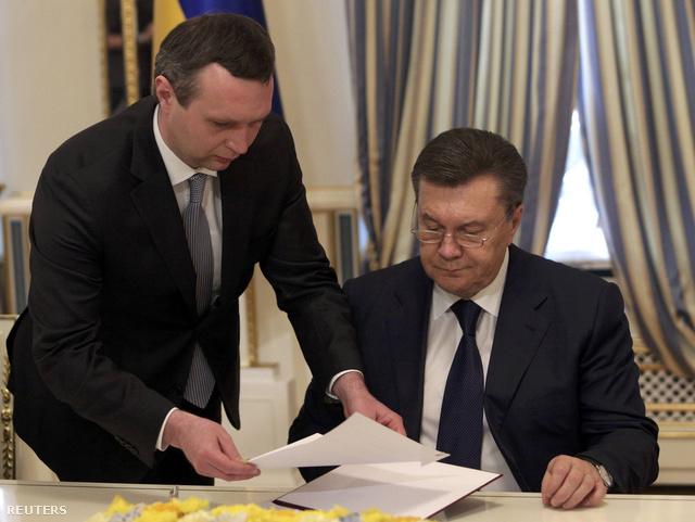 Pár órával a tervezettnél később, de aláírta Viktor Janukovics és az ellenzék vezetői a német-francia-lengyel külügyminiszteri hármas és Vlagyimir Lukin orosz megbízott által tető alá hozott megállapodást