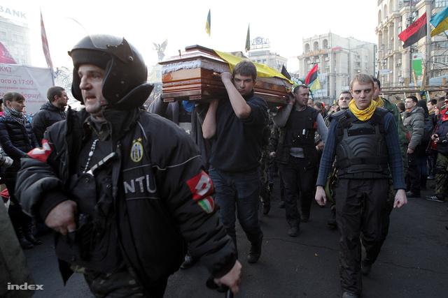 Kora este közös gyászt tartanak a téren. Hosszú gyászmenet hozta a közelmúltban lelőtt tüntetők koporsóját.