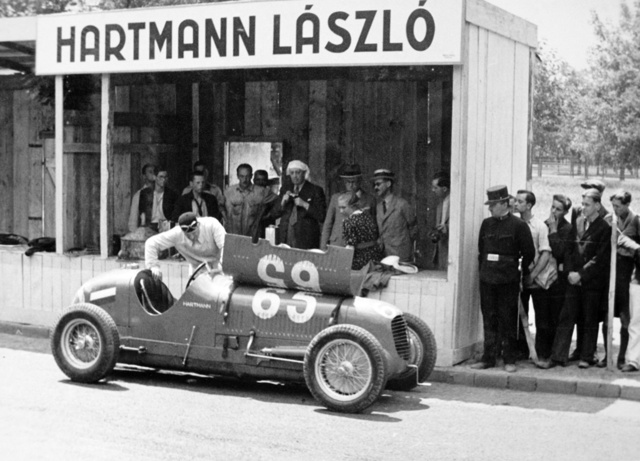 Egy másik Maserati: Hartmann László, a leghíresebb háború előtti magyar autóversenyző az 1936-os Magyar Nagydíj előtti edzésen a 6CM-mel. Az autón még az Eifelrennen kapott rajtszám
