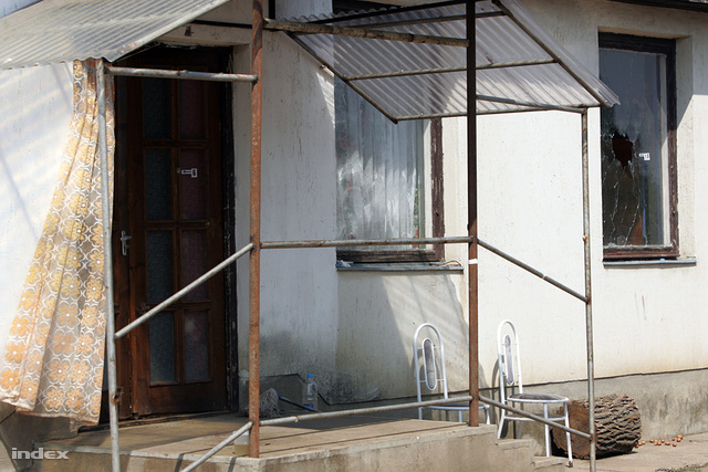 2009. augusztus 3. Lyuk a ház ablakán a Szabolcs-Szatmár-Bereg megyei Kislétán, ahol ismeretlen támadók az otthonában agyonlőttek egy 45 éves roma asszonyt, 13 éves lányát pedig súlyosan megsebesítették.