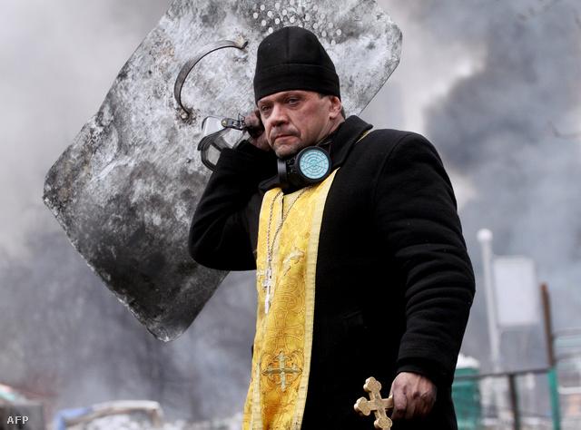 Ez a harcias orthodox papról készült fotó az egyik legtöbbet megosztott kép az elmúlt napokban Kijevből. A tüntetők között gyakran felbukkannak egyházi alakok, őket mutatjuk meg most.