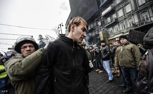 Ukrán tüntetők elfogtak egy férfit szombat délután, akit azzal gyanúsítanak, hogy mesterlövészként részt vett az elmúlt napok rendőri ostromában. Az AFP hírügynökség szerint a férfi a belügyminisztérium különleges alakulatának a tagja lehet.