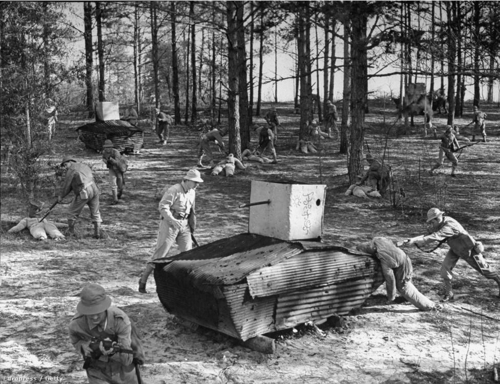Az amerikai hadsereg egyik erdei kiképzőpályája, ahol épp az ellenséges páncélosok elleni teendőket tanulják a katonák.