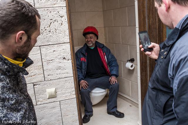 Janukovics egyik WC-jén most büszke tüntető trónol.