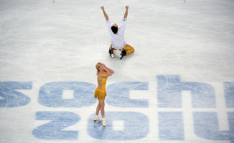 A műkorcsolya mindig is a legkedveltebb sportok közé tartozott. Ezért is akartak az oroszok annyira bizonyítani, ami végül sikerült is nekik. Az idén bemutatkozó csapatverseny mellett a női és a páros számot is megnyerték. Utóbbit ünnepli Tatyjana Voloszozsar és Makszim Tranykov.